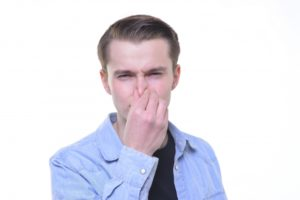 鼻をつまむ画像