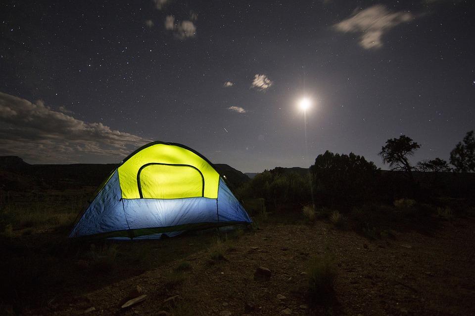 夜のテントの画像